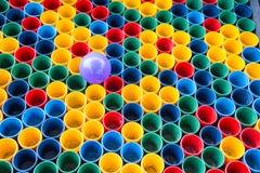 Vista superiore dei colori primari delle tazze di colore della miscela per la pittura dell'artista Fotografia Stock