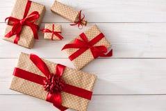 Vista superiore dei contenitori di regalo su bianco con lo spazio della copia Immagini Stock Libere da Diritti