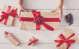Vista superiore dei contenitori di regalo su legno bianco Immagine Stock