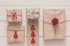 Vista superiore dei contenitori di regalo su legno bianco Immagini Stock