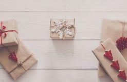 Vista superiore dei contenitori di regalo su legno bianco Fotografia Stock