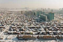 Vista superiore dei contrasti urbani a Astana, il Kazakistan Piccole case private sui precedenti di nuove alte case Fotografia Stock Libera da Diritti