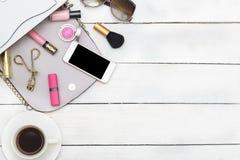 Vista superiore dei cosmetici della tavola Accessori del ` s delle donne Immagini Stock Libere da Diritti