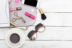 Vista superiore dei cosmetici e degli accessori femminili; porpora Fotografie Stock