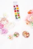 Vista superiore dei cubetti di ghiaccio fruttati con i fiori ed i cocktail di rinfresco fotografie stock libere da diritti