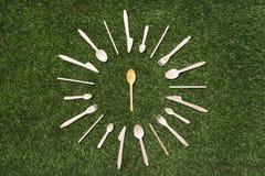 Vista superiore dei cucchiai di legno con le forcelle ed i coltelli Immagini Stock