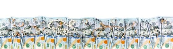 Vista superiore dei dollari americani e dei gioielli dell'oro isolati su bianco Fotografia Stock Libera da Diritti
