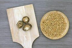 Vista superiore dei funghi e della soia di shiitake secchi sul piatto di legno Fotografie Stock Libere da Diritti