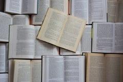 Vista superiore dei libri aperti Concetto della letteratura e delle biblioteche Fondo di conoscenza e di istruzione fotografia stock