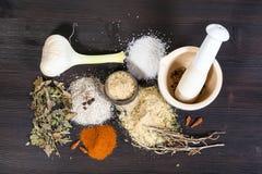 Vista superiore dei mucchi del sale Seasoned con gli ingredienti fotografia stock