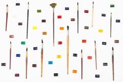 Vista superiore dei pennelli e degli acquerelli sistemati Fotografie Stock