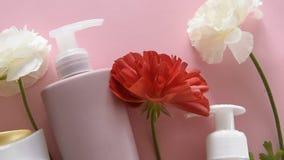 Vista superiore dei prodotti e dei fiori igienici differenti su fondo rosa fresco Trattamento di bellezza di benessere stock footage