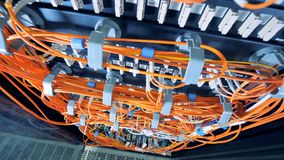 Vista superiore dei server di dati collegati dai cavi arancio video d archivio