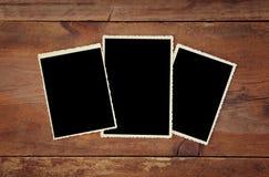 Vista superiore dei telai in bianco della foto su fondo di legno Immagini Stock Libere da Diritti