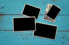 Vista superiore dei telai in bianco della foto su fondo di legno Fotografia Stock