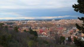 Vista superiore dei tetti nel distretto storico di Roma stock footage