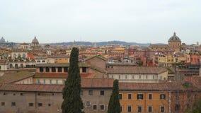 Vista superiore dei tetti nella città di Roma archivi video