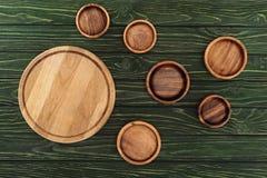 vista superiore dei tipi differenti di taglieri rotondi di legno immagini stock