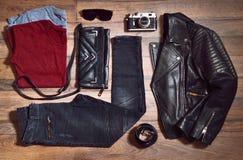 Vista superiore dei vestiti alla moda messi Fotografia Stock