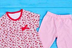 Vista superiore dei vestiti del tessuto della neonata Fotografie Stock