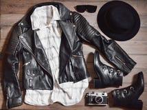 Vista superiore dei vestiti della donna operata messi Fotografie Stock