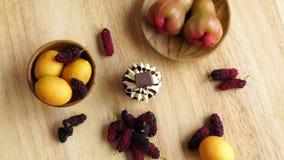 Vista superiore del bigné delizioso e dei generi differenti di frutta stock footage