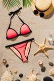 vista superiore del bikini rosa con gli accessori ed il profumo fotografia stock
