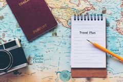 Vista superiore del blocco note del viaggiatore per le vacanze di progettazione di viaggi di viaggio sul mondo con la vecchi macc immagini stock libere da diritti