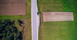 Vista superiore del campo e della strada con l'automobile Fotografia Stock