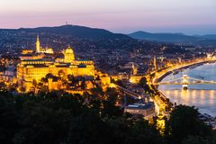 Vista superiore del castello di Buda a Budapest alla notte, Ungheria fotografie stock