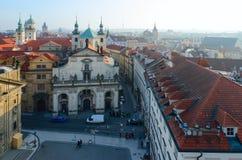 Vista superiore del centro storico dello sguardo fisso Mesto, repubblica Ceca di Praga I crociati quadrano, chiesa della st Salva fotografie stock