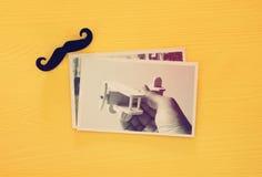 Vista superiore del collage della foto su fondo di legno giallo immagine filtrata annata Immagine Stock Libera da Diritti
