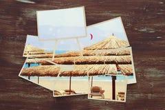 vista superiore del collage tropicale della foto su fondo di legno Fotografia Stock Libera da Diritti