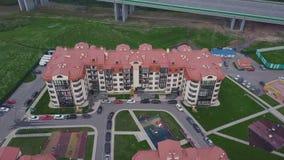 Vista superiore del complesso condominiale suburbano di lusso clip Complesso di costruzioni dell'appartamento di vista aerea e ca Fotografie Stock Libere da Diritti