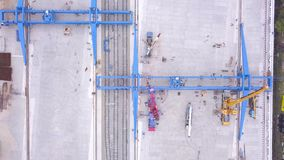 Vista superiore del contenitore clip Vista superiore della gru a cavalletto Grande società di trasporto di logistica stock footage