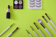 Vista superiore del cosmetico dei women's su fondo verde al neon fotografia stock libera da diritti