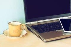 Vista superiore del dispositivo e del computer portatile della compressa con lo schermo in bianco pronto per derisione su Fotografia Stock Libera da Diritti