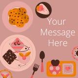 Vista superiore del dolce e del biscotto sullo scrittorio Fotografia Stock
