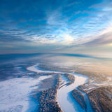 Vista superiore del fiume della foresta nell'inverno Fotografie Stock Libere da Diritti