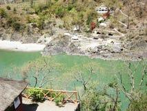 Vista superiore del fiume, della montagna e della costruzione immagine stock libera da diritti