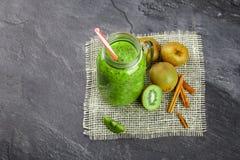 Vista superiore del frullato succoso per disintossicazione Composizione degli ingredienti sani su un fondo grigio Vetro del kiwi Immagine Stock Libera da Diritti