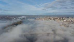 Vista superiore del fuco aereo dell'isola della nuvola di fumo dell'isola di Zakusala del fiume di Daugava di Riga Lettonia fotografia stock libera da diritti