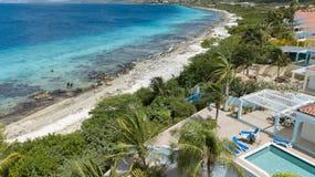 Vista superiore del fuco aereo di mar dei Caraibi dell'isola del Bonaire della costa della spiaggia della villa Fotografia Stock