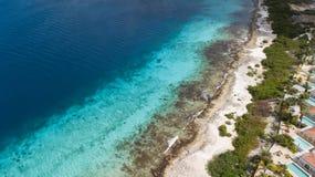 Vista superiore del fuco aereo di mar dei Caraibi dell'isola del Bonaire della costa della spiaggia della villa Fotografie Stock