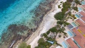 Vista superiore del fuco aereo di mar dei Caraibi dell'isola del Bonaire della costa della spiaggia della villa Fotografia Stock Libera da Diritti
