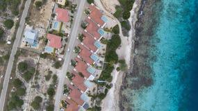Vista superiore del fuco aereo di mar dei Caraibi dell'isola del Bonaire della costa della spiaggia della villa Immagini Stock