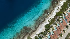 Vista superiore del fuco aereo di mar dei Caraibi dell'isola del Bonaire della costa della spiaggia della villa Fotografie Stock Libere da Diritti