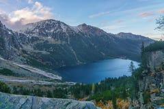 Vista superiore del lago dell'alta montagna nelle alte montagne di Tatra Fotografia Stock