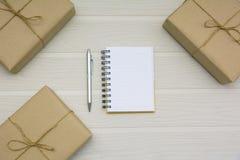 Vista superiore del libro aperto Libro aperto con la penna e le scatole sulle sedere di legno immagini stock libere da diritti