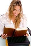 Vista superiore del libro di lettura sorridente dell'allievo Immagine Stock Libera da Diritti